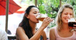 Dos chicas bebeiendo cerveza